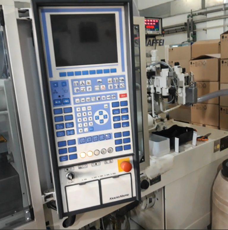 Пульт оператора на линии по производству пробок